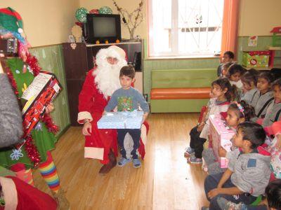 """Дядо Коледа посети НУ """"Христо Ботев"""" - Изображение 2"""