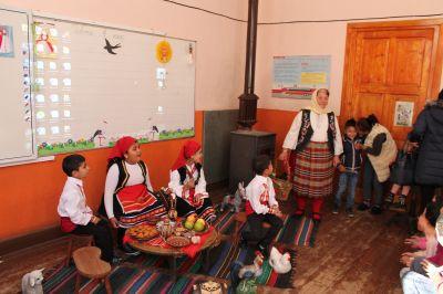 Децата от ПГ посрещнаха Баба Марта - Изображение 1