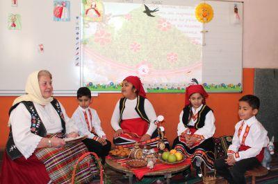 Децата от ПГ посрещнаха Баба Марта - Изображение 2