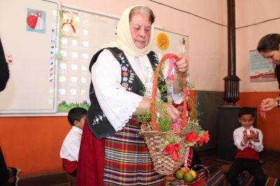 Децата от ПГ посрещнаха Баба Марта - Изображение 4