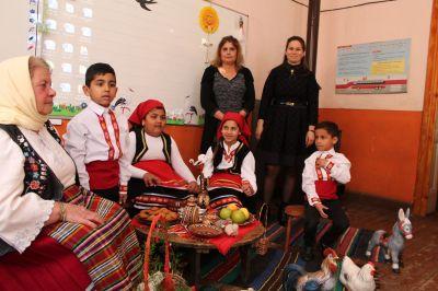 Децата от ПГ посрещнаха Баба Марта - Изображение 5